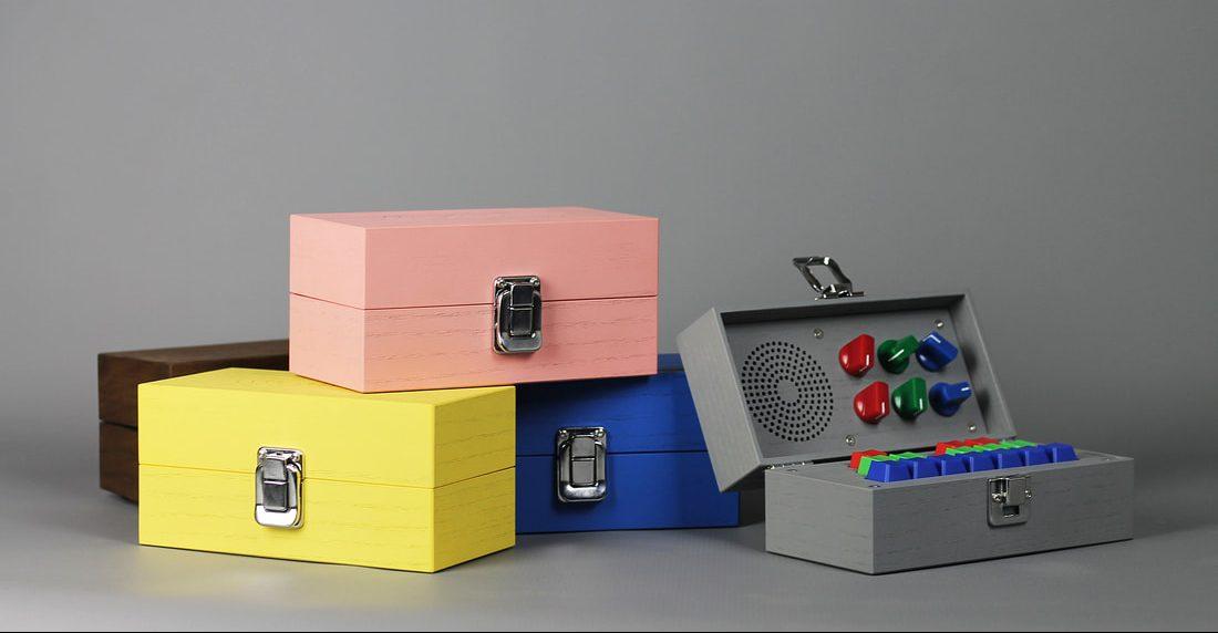 Detalle de las cajas pintadas en colores llamativos de Bivalvia