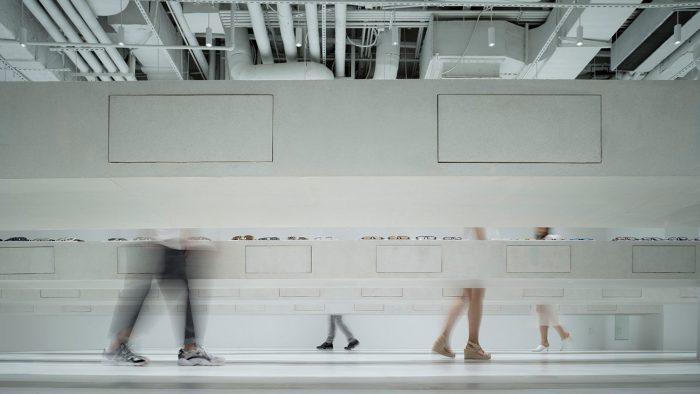 vista de las mesas en voladizo de la tienda Jins