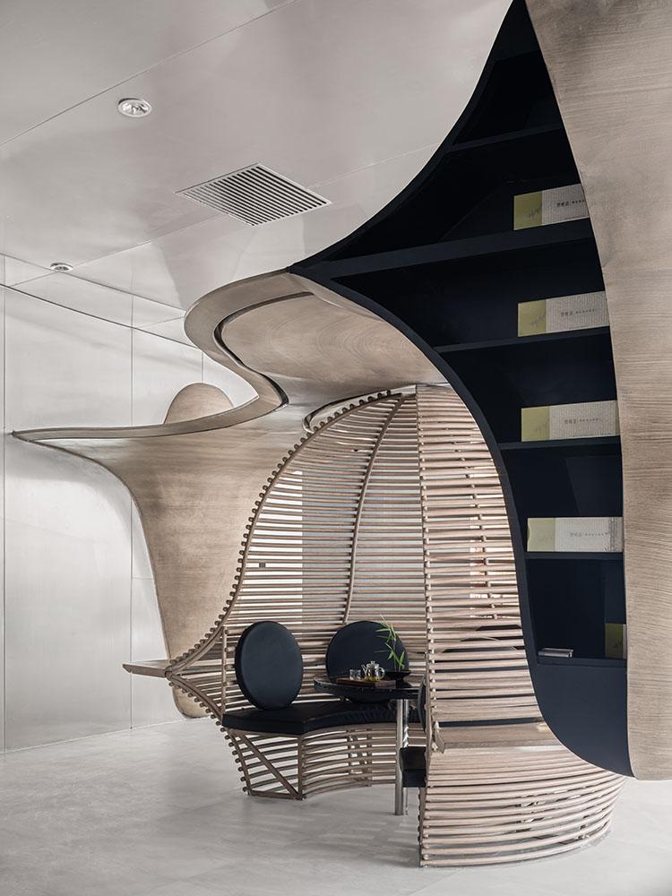 espacio interior donde los clientes pueden relajarse antes de elegir el te