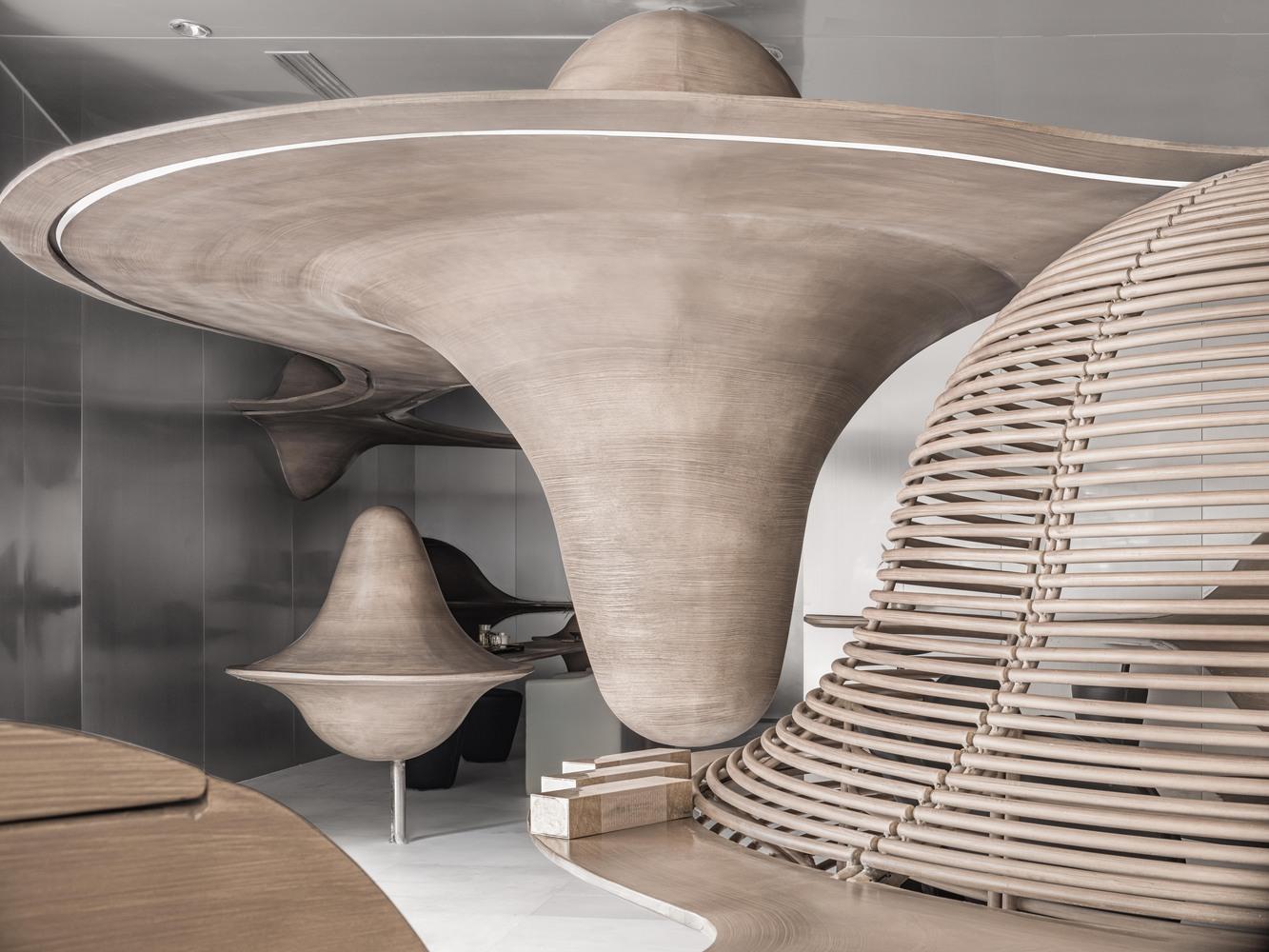 materiales como el acero inoxidable y la madera presentes en el diseño de la tienda de te