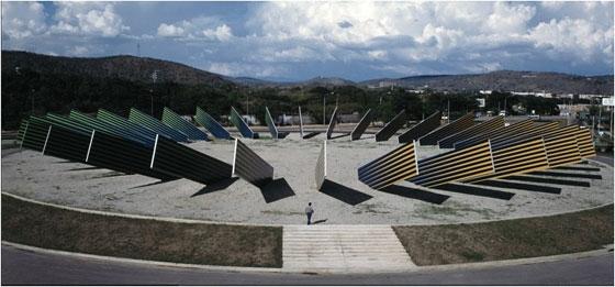 obra Homenaje al sol una cromoestructura radial de 80 metros de diámetro