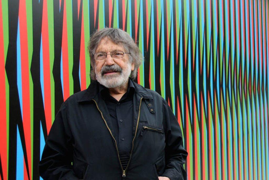fotografía de Carlos Cruz-Diez en una de sus obras