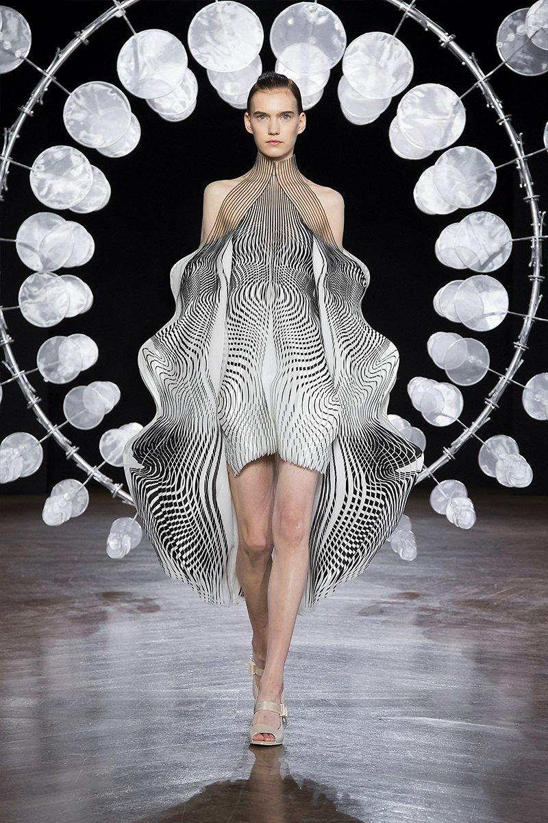 vestido inspirado en las esculturas cinéticas del artista Anthony Howe