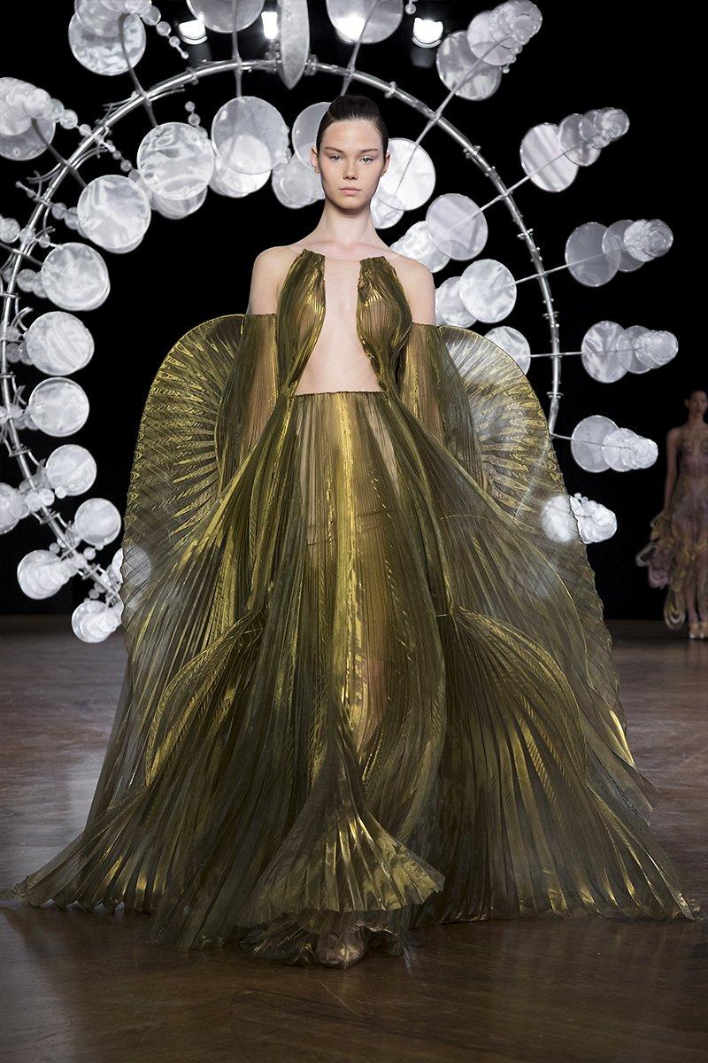 detalle del vestido Suminagashi de seda teñida y tul transparente