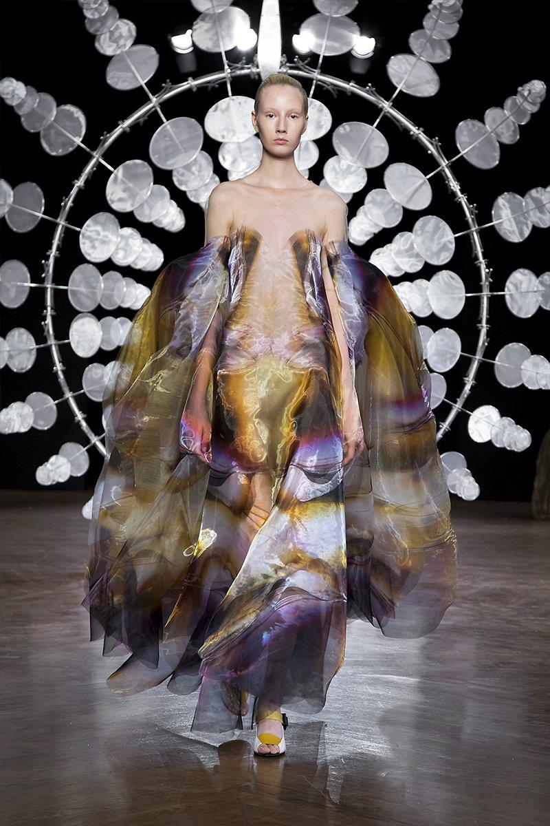 detalle del vestido Suminagashi de seda teñida