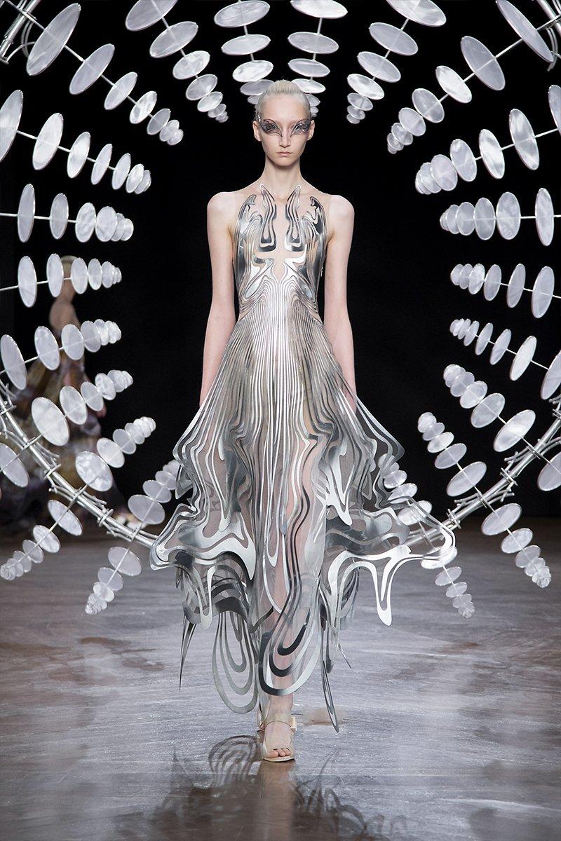 detalle del vestido de iris van herpen mezcla armoniosa de diseño digital y alta costura