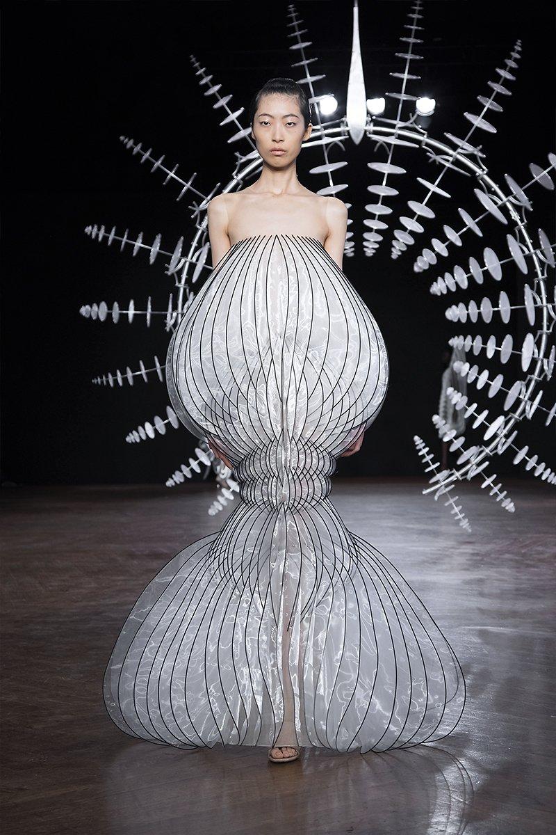 detalle del vestido mezcla armoniosa de diseño digital y alta costura de iris van herpen
