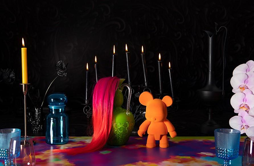 figuras pintadas en colores vivos sobre la mesa