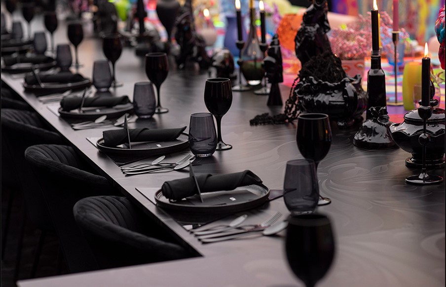 detalle de la parte de la mesa decorada en en negro por dinaca