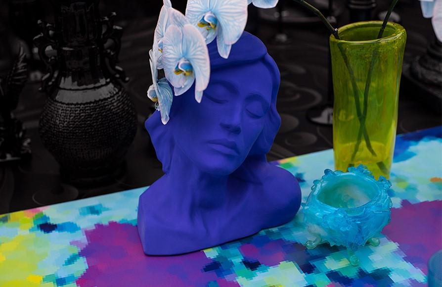 figura pintada en colores vivos