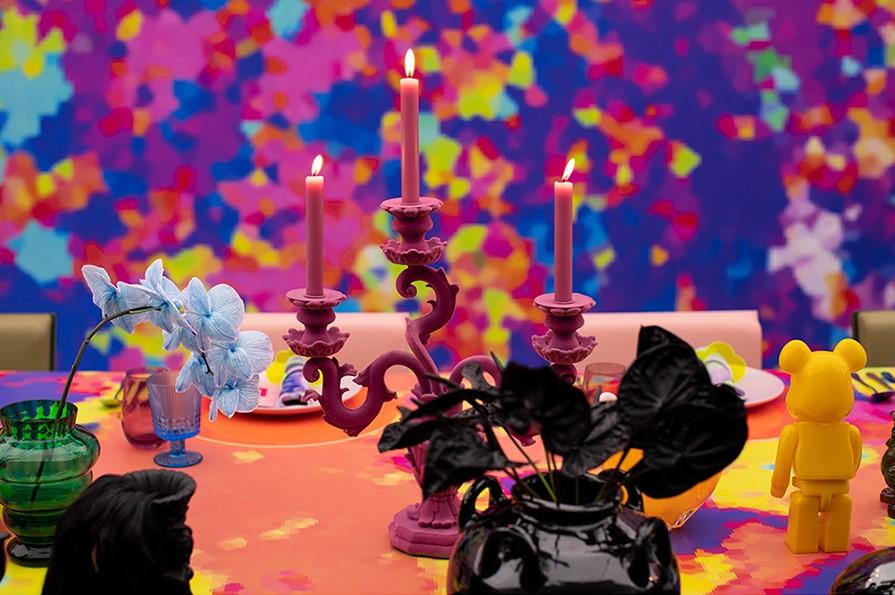candelabros y flores en colores vivos