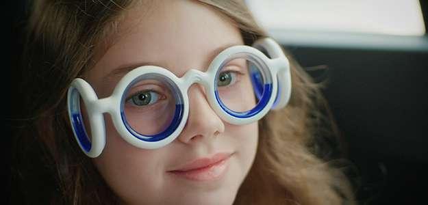 detalle del liquido azul dentro de las gafas antimareo