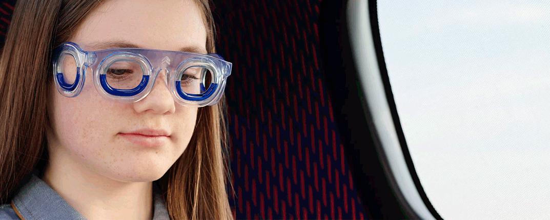 detalle del liquido azul en las nuevas gafas antimareo