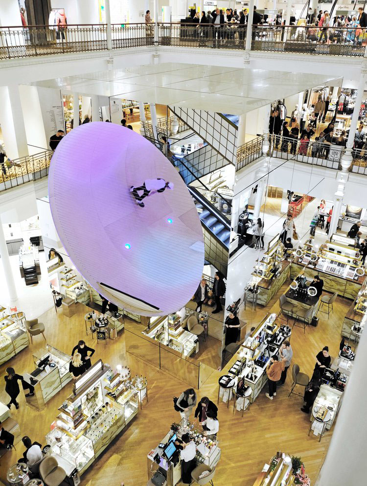 vista general del centro comercial, sus escaleras y pasamanos de hierro