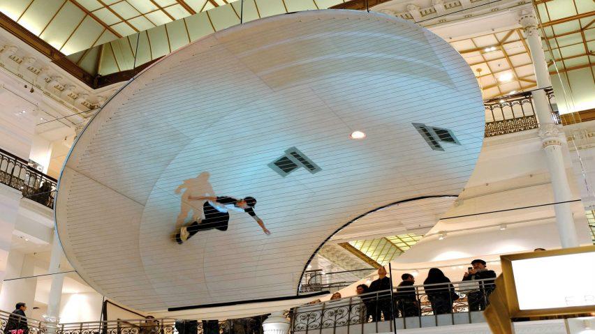 actuación de un patinador en la instalación le cube
