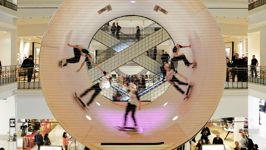 vista general del tubo de madera donde los skaters realizan sus acrobacias