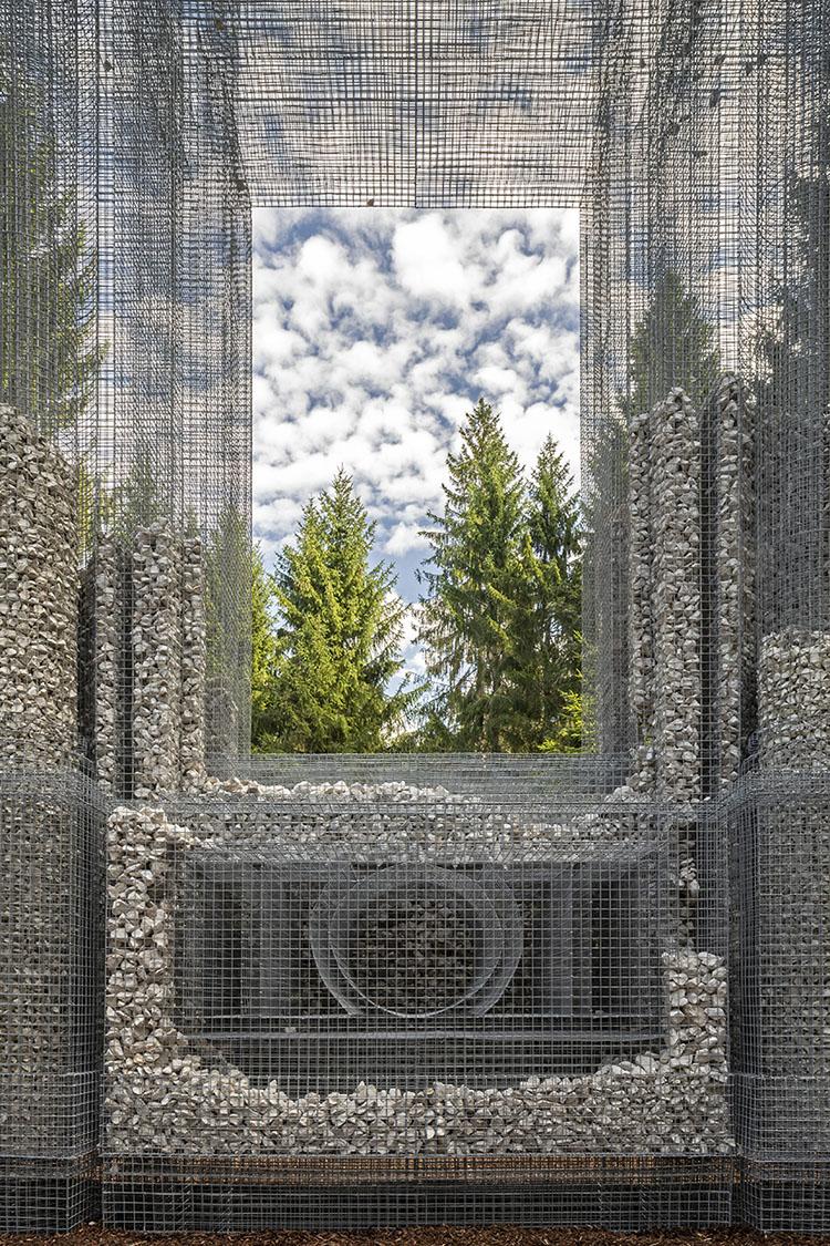 simbiosi, instalacion de malla metálica y piedras