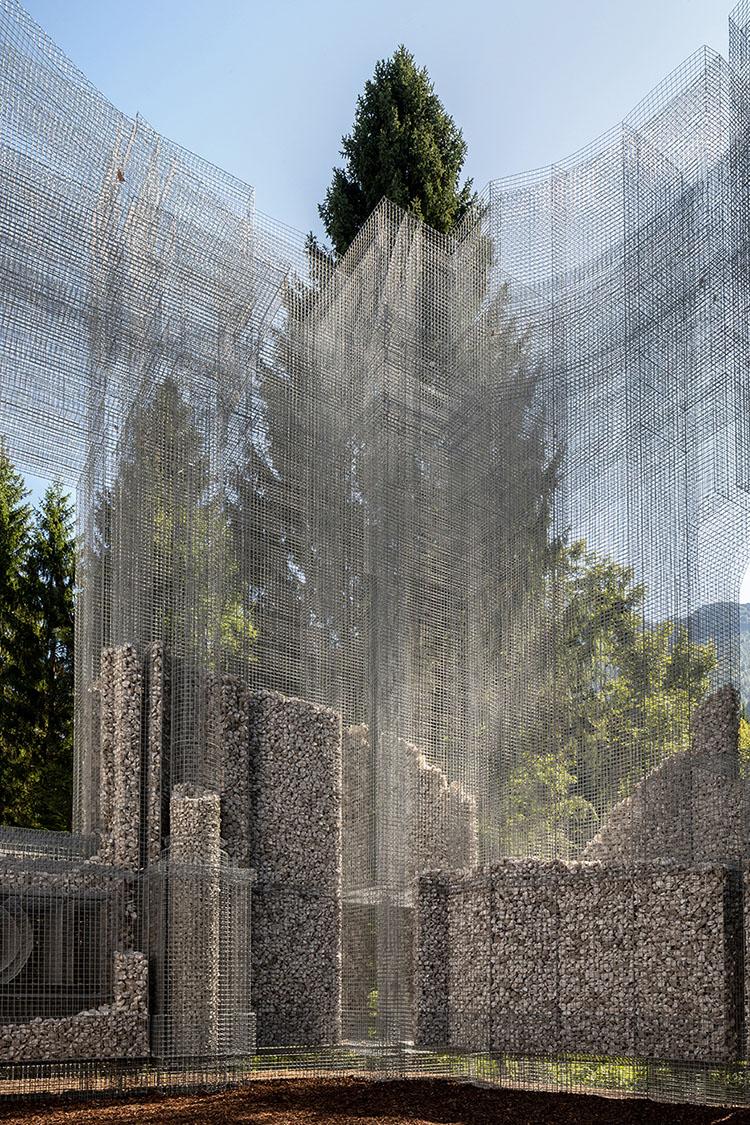 instalacion simbiosi de malla metalica y piedras vista desde el interior