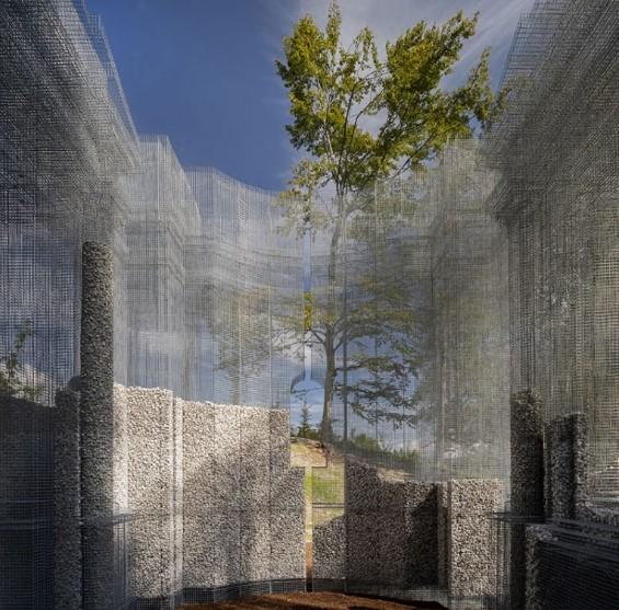 detalle de las ventanas en los muros metalicos de la instalacion simbiosi