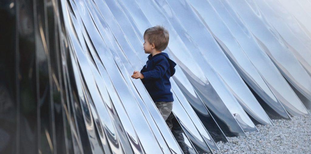 niño explorando la instalacion nawa