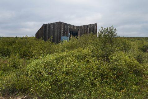 Las cabañas de PK Arkitektar se funden con las praderas de Islandia
