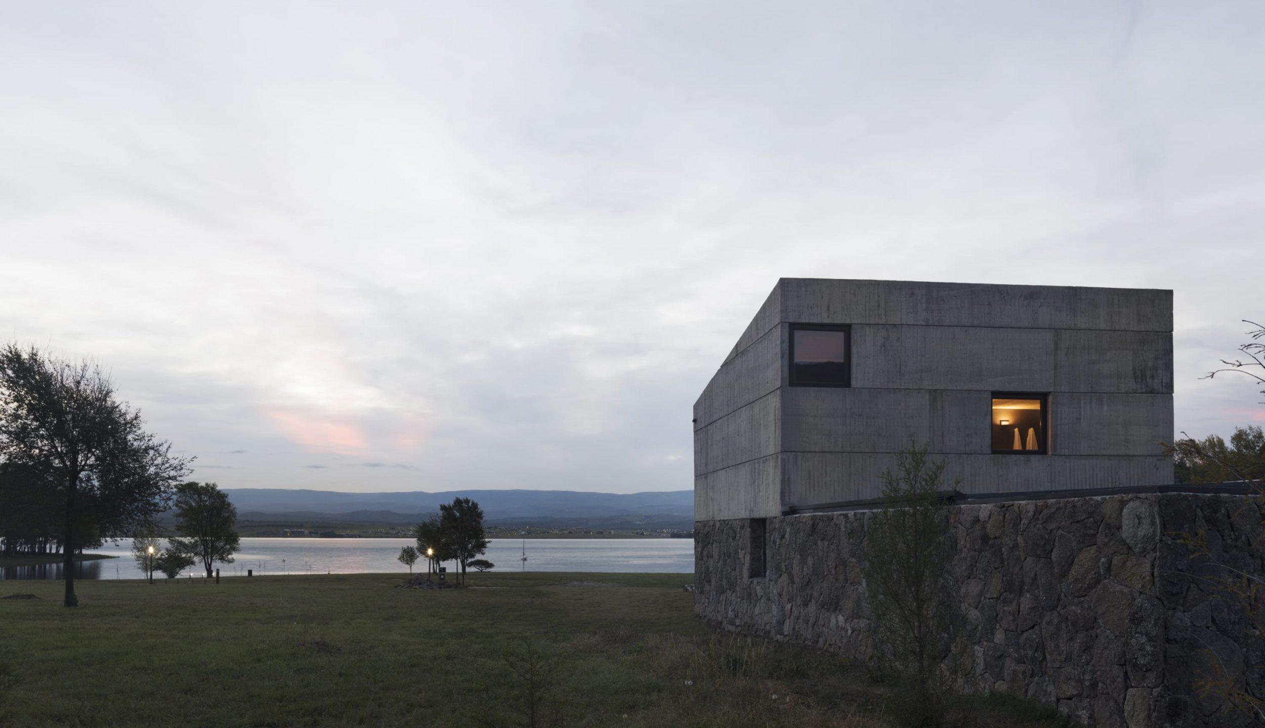 vistas al lago de la casa alarcia fotografiada por  Federico Cairoli