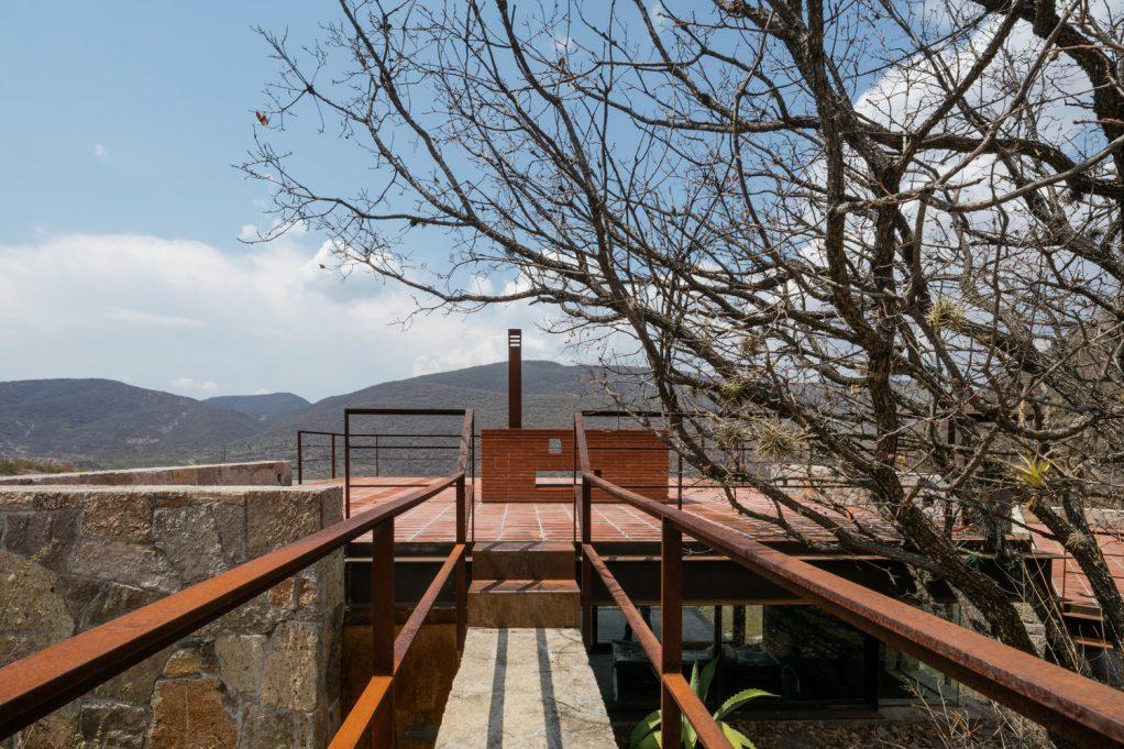 Cabaña Teitipac, una deconstrucción mimética para fundirse con la montaña