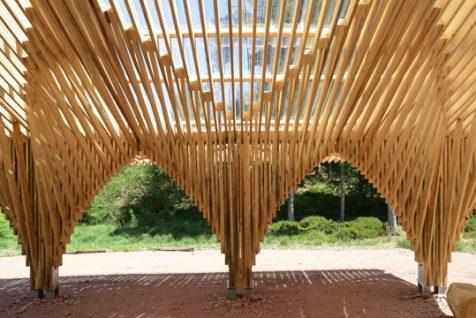 Arquerías de pino como elegante homenaje al bosque de Bertrichamps