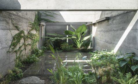 Cloister House, una casa-patio monolítica con alma de santuario